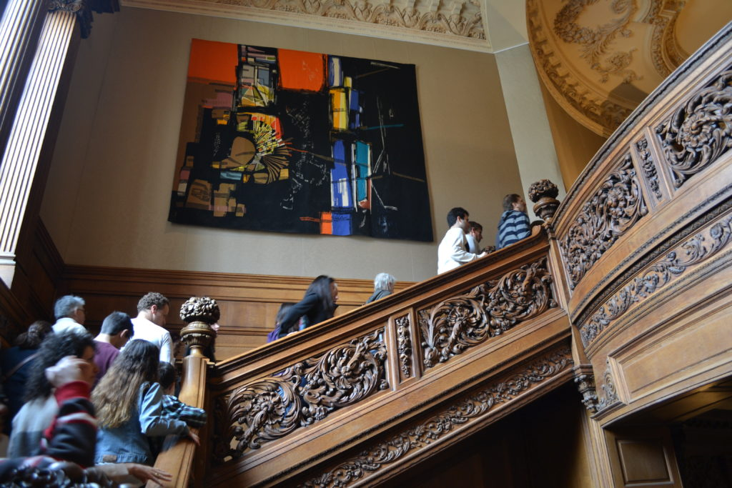 Escalera. Tallada, en madera noble, la Embajada de Francia.