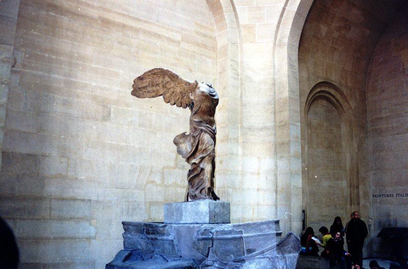 Alada. La escultura que se ve en el patio del Estrugamou.